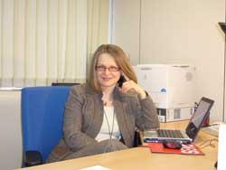 Gabriela Cretu, in timp ce scrie in blog